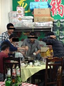隣のテーブルで○鍋囲んで盛り上がる中国人グループ。 楽しそうでした。
