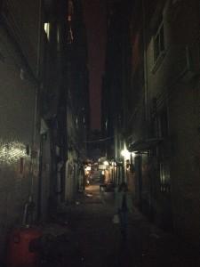 映画に使われそうな暗い路地脇にそのレストランはある。。。