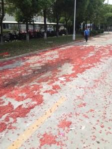 工場の前の通りは花火のカスで赤いじゅうたん見たい。 激しすぎて子供たちが車に戻ってしまうぐらいでした